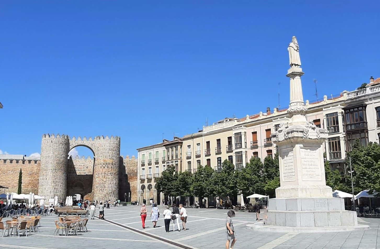 Plaza de Santa Teresa. Arco del Alcázar